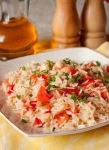рис с помидорами и базиликом